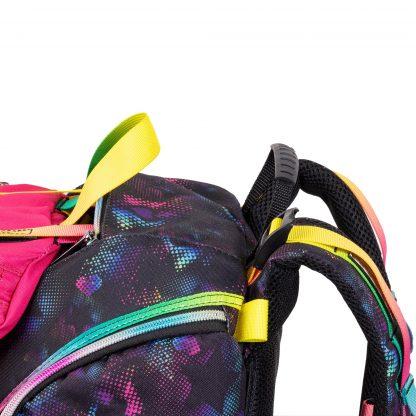 skoletasken kan spændes ekstra ind på remmene